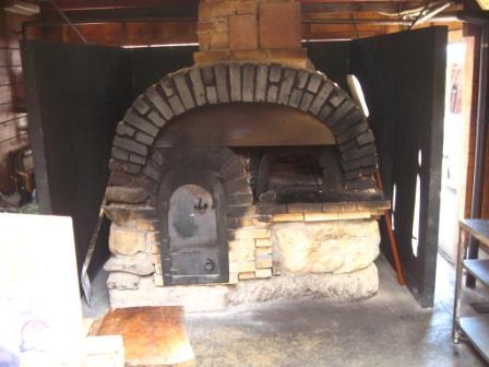 本格的石窯で焼いたスペアリブを賞味