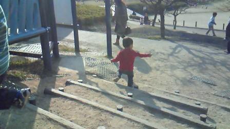 幼児が楽しめるアスレチック公園で遊ぶ