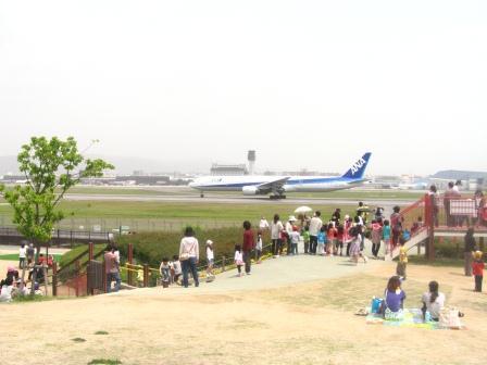 空港横の公園で飛行機を見ながら格安レジャー