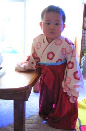 袴ロンパースを着たまめにゃん