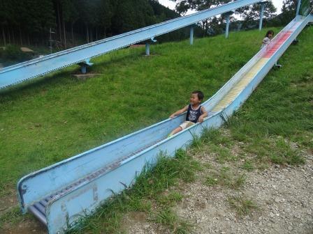 ローラー滑り台を楽しむみにぐり