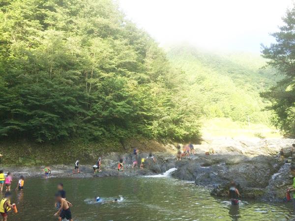 キャンプで川遊び